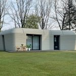 Eerste bewoner 3D-betongeprint huis in Eindhoven krijgt sleutel van Vesteda